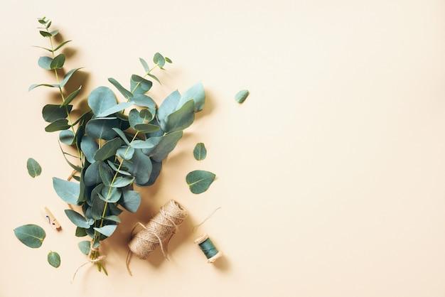 Создание эвкалиптового букета с помощью голубых ветвей эвкалипта Premium Фотографии