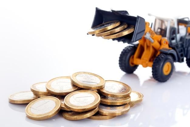 Monete e caricatore dei soldi dell'euro su uno spazio bianco Foto Gratuite