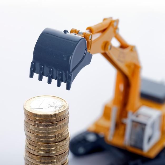 空白の掘削機とユーロマネーコイン 無料写真