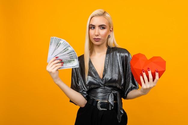 Европейка получила денежный подарок на день святого валентина Premium Фотографии