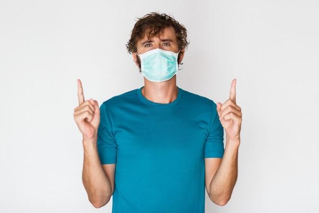 Европейский человек в защитной маске, направленной вверх Бесплатные Фотографии