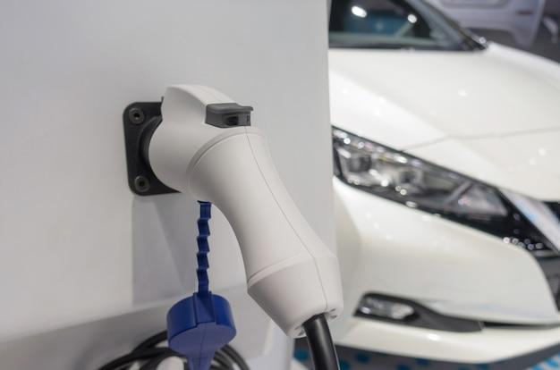 Ev tech. станция электропитания для зарядки аккумуляторов электромобилей для будущего, электромобилей, транспортной индустрии технологий, гибридных автомобилей, энергосбережения, глобального потепления и концепции автомобилей Premium Фотографии