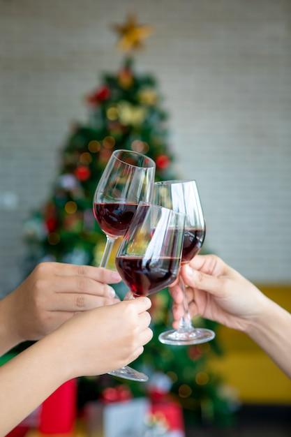 シャンパンでクリスマスや大eve日のパーティーを祝う友人 Premium写真