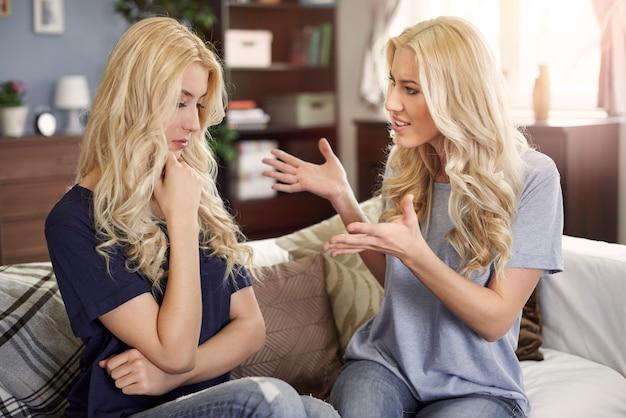 Anche le sorelle gemelle hanno problemi con le relazioni Foto Gratuite
