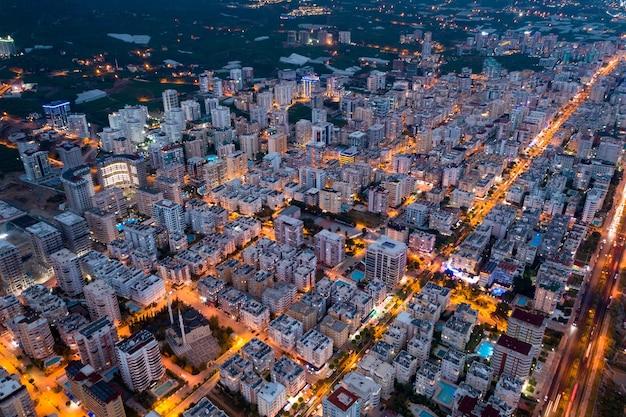 Вечерняя агломерированная городская жизнь освещена городским потоком в турции Бесплатные Фотографии