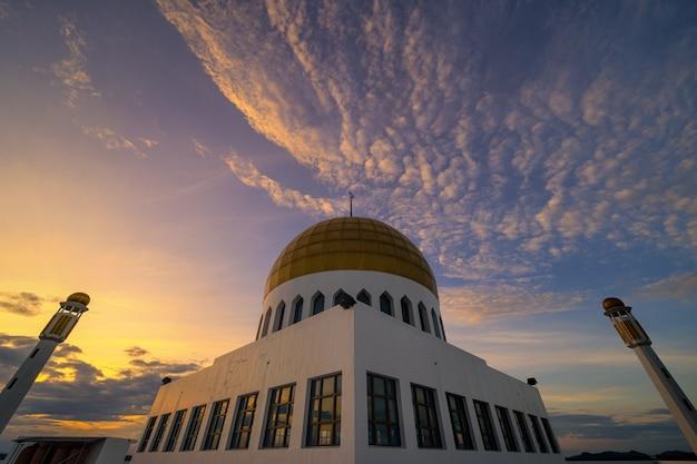 Вечер на куполе мечети в таиланде Premium Фотографии