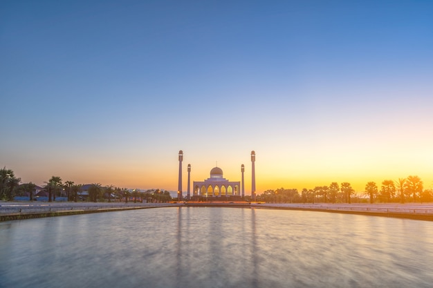 Вечер на куполе мечети в таиланде. Premium Фотографии