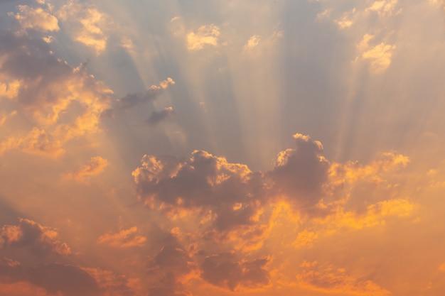 夕方の空の背景。 無料写真