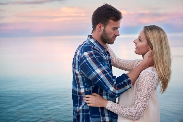7 Ciri - Ciri Pria Introvert Sedang Jatuh Cinta