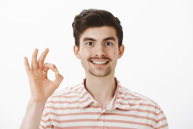 すべてが大丈夫です。口ひげとあごひげのある陽気で親しみやすい白人の男 無料写真