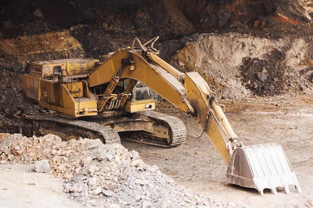 Экскаватор стоит в шахте Premium Фотографии