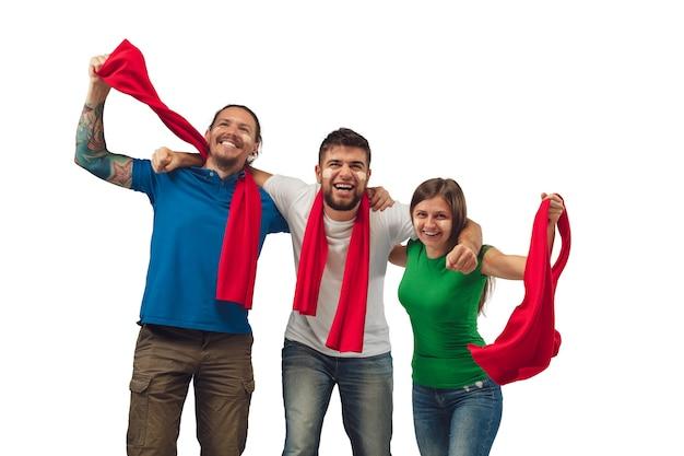 Отличный гол. три футбольных фаната женщина и мужчины, болеющие за любимую спортивную команду с яркими эмоциями, изолированными на белом фоне студии. Бесплатные Фотографии