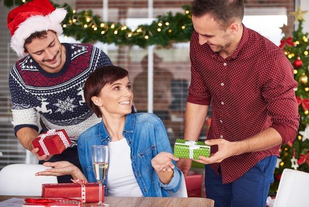 同僚によるクリスマスプレゼントの交換 無料写真