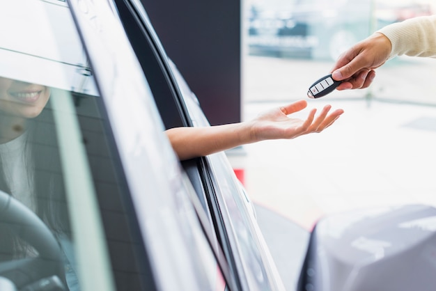 Exchanging keys in dealership Free Photo