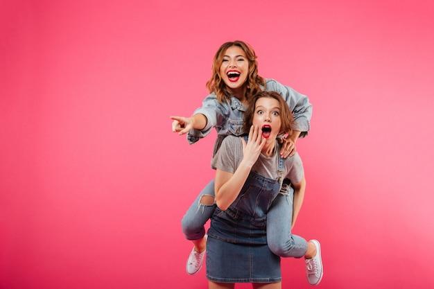 興奮した2人の女性の友人が楽しい 無料写真