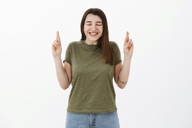 入れ墨がスリルと幸せで笑顔で目を閉じて幸せな笑顔で入れ墨をした興奮してキュートな誠実な少女 無料写真