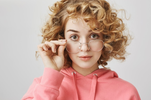 メガネに興味を持って見て興奮した縮れ毛の女の子 無料写真