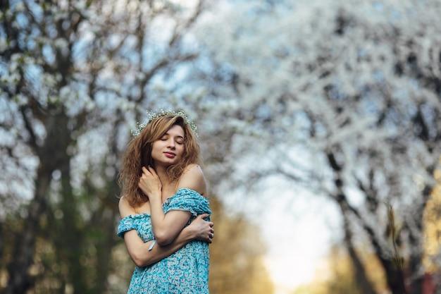 森の中の励起された少女 無料写真