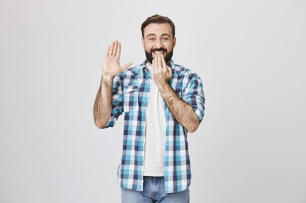 挨拶に手を振って、ハイと言って幸せな笑顔の男を興奮 無料写真