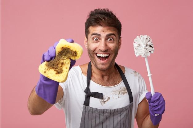 Operaio maschio emozionante che indossa grembiule e guanti protettivi Foto Gratuite