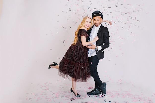 一緒に楽しんで豪華なイブニングドレスに恋して楽しんでいるカップルの興奮したパーティーのお祝い。お祝い、笑顔、ロマンチック、愛、スウェットハート。 無料写真