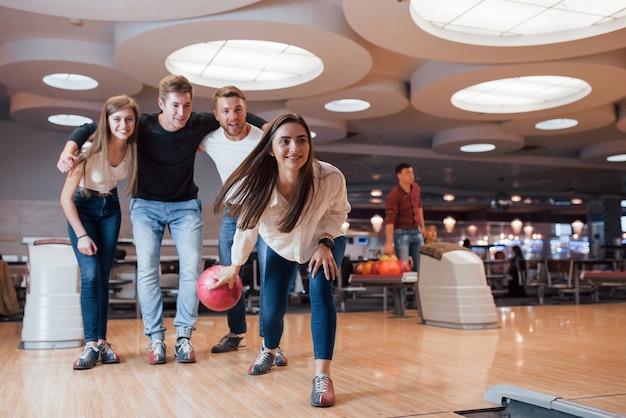 Persone eccitate. i giovani amici allegri si divertono al bowling durante i fine settimana Foto Gratuite