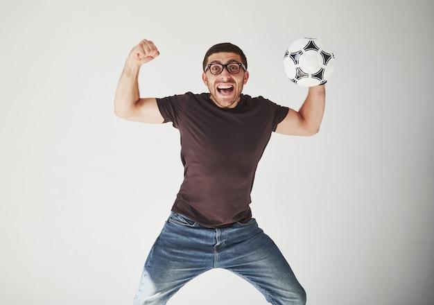 白で隔離されるフットボールと興奮したサッカーファン 無料写真