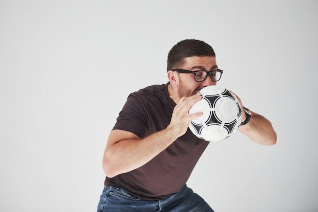 Fan di calcio emozionante con un calcio isolato su bianco Foto Gratuite