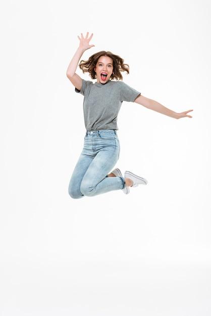 Giovane signora caucasica emozionante che salta Foto Gratuite