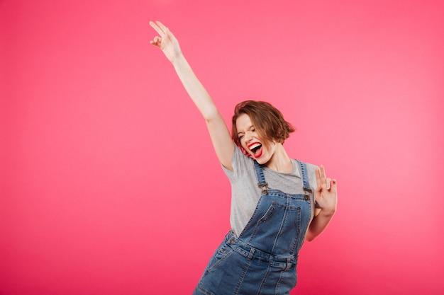 Excited молодая женщина изолированная над пинком Бесплатные Фотографии