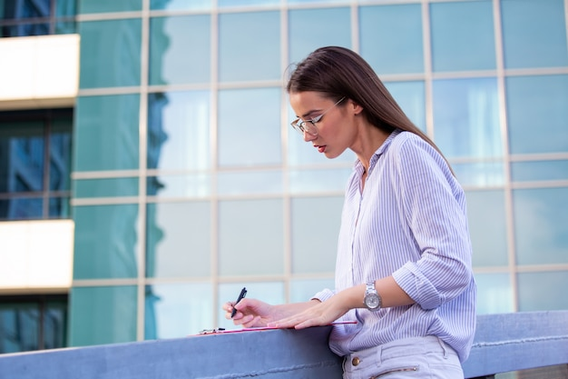 Executive business woman with clipboard Premium Photo