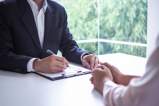 Executives are interviewing candidates. focusing on resume writing tips, applicant qualifications, interview skills and pre-interview preparation. considerations for new employees Premium Photo