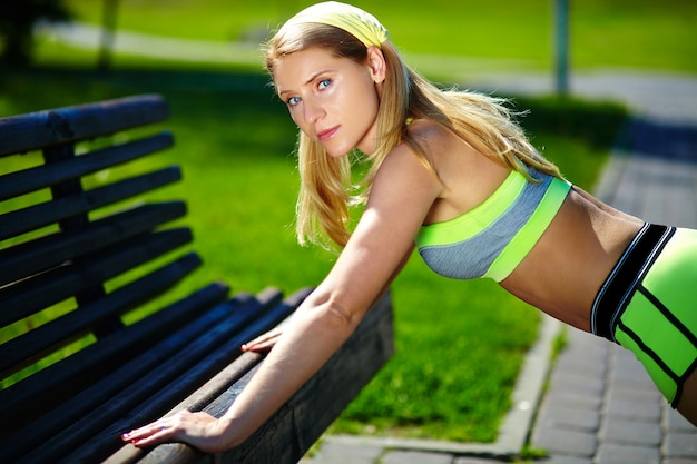 Exercise woman doing push ups in outdoor workout training sport fitness woman smiling cheerful and happy Free Photo
