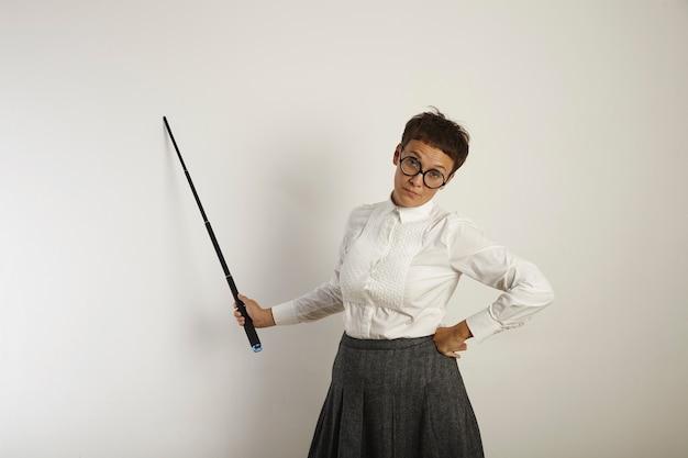 ポインターでホワイトボードのそばに立っている昔ながらの服を着た疲れ果てて燃え尽きた女教師 無料写真