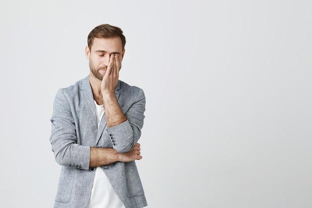 Измученный молодой бизнесмен тереть глаза, чувствуя усталость Бесплатные Фотографии