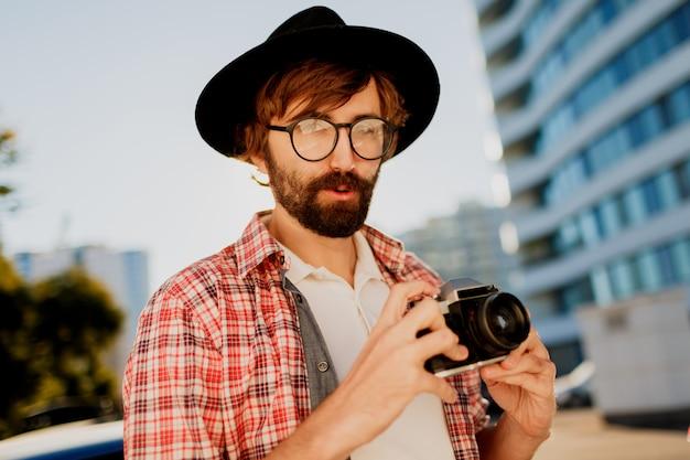 写真を作る、レトロなフィルムカメラを使用して興味深いひげを持つ男を終了 無料写真