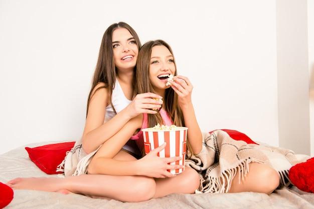 영화를보고 팝콘을 먹고 섹시한 여자를 종료 프리미엄 사진