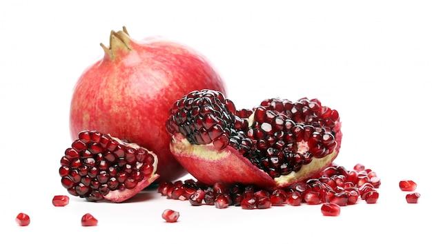 흰색 배경에 이국적인 맛있는 석류 무료 사진