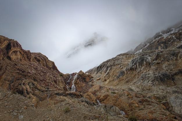 美しい雲の下のエキゾチックな山 無料写真