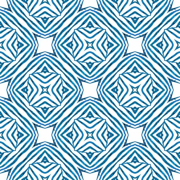 エキゾチックなシームレスパターン。ブルーの魅惑的な自由奔放に生きるシックな夏のデザイン。夏のエキゾチックなシームレスなボーダー。 Premium写真
