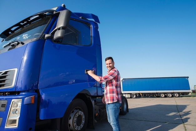経験豊富な中年トラック運転手が車両に乗り込む 無料写真