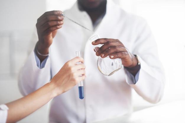 Esperimenti nel laboratorio chimico. un esperimento è stato condotto in un laboratorio in fiasche trasparenti. Foto Gratuite