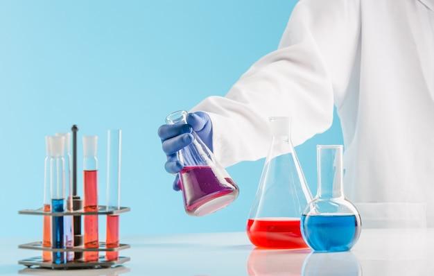Опыты в химической лаборатории. проведение эксперимента в лаборатории. Бесплатные Фотографии
