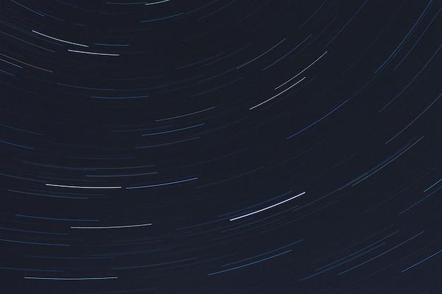 별빛 산책로의 노출 샷 회전 배경 무료 사진