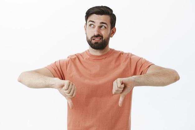 Выразительный бородатый мужчина в оранжевой футболке Бесплатные Фотографии
