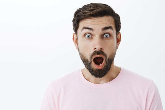 Выразительный бородатый мужчина в розовой футболке Бесплатные Фотографии