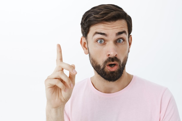 Uomo barbuto espressivo in maglietta rosa Foto Gratuite