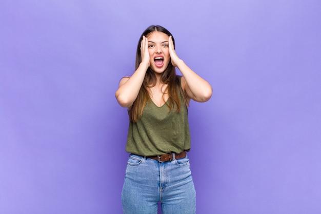 Выразительная красивая молодая женщина Premium Фотографии