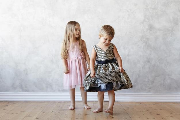 I bambini espressivi stanno posando in casa Foto Gratuite