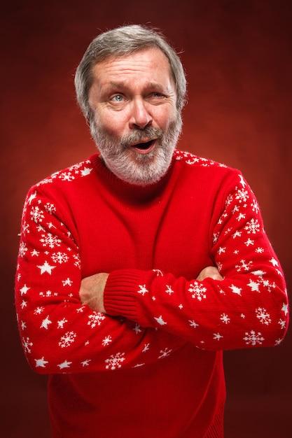 赤いクリスマスセーターで表現力豊かな男 無料写真